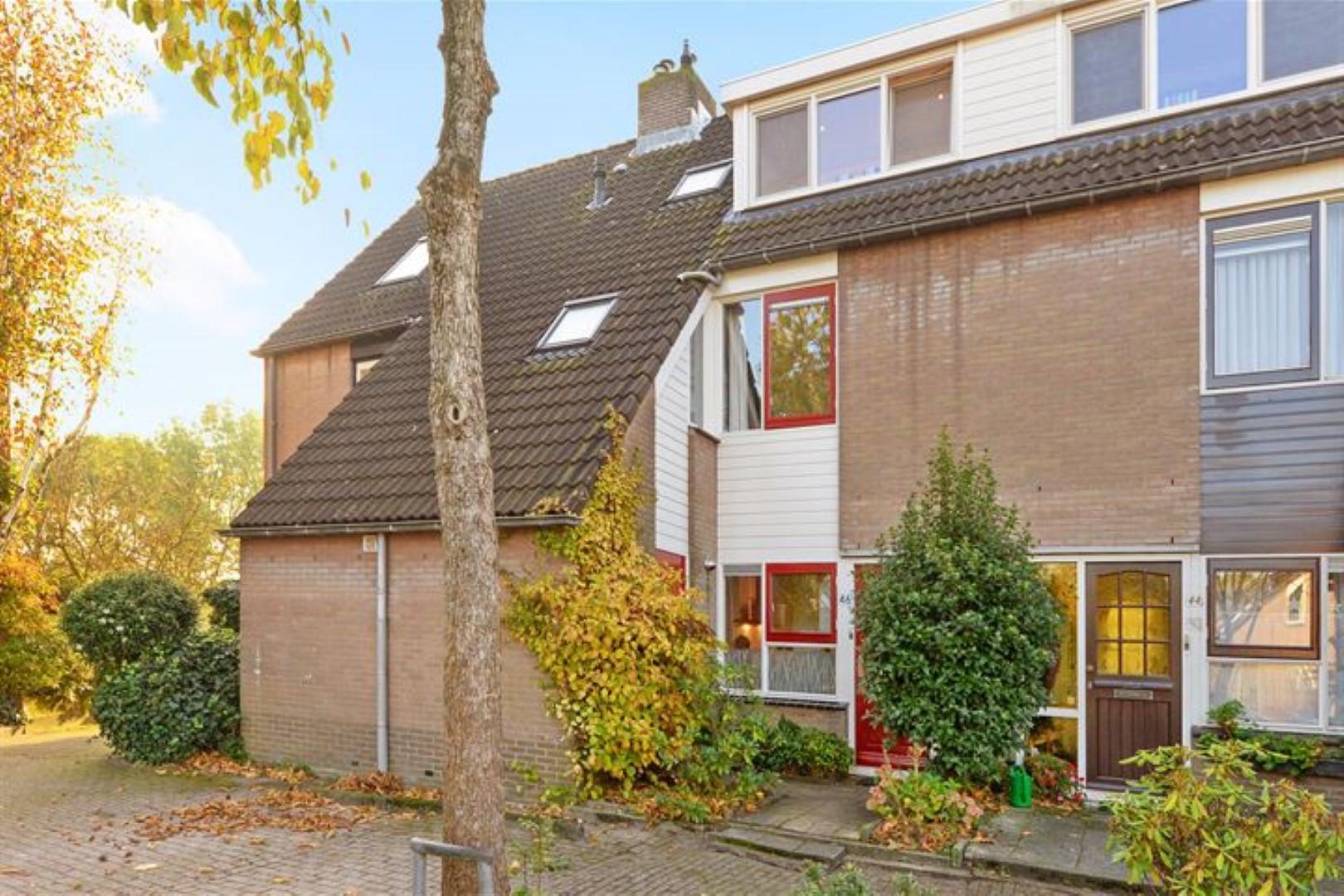 Schitterend gelegen 4 kamers-eengezinswoning met een riante achtertuin van 14 meter diep op het zuiden, welke grenst aan het Abtswoudsepark. De woning ligt aan een rustig woonerf in een kindvriendelijke wijk met veel voorzieningen op loopafstand in Delft