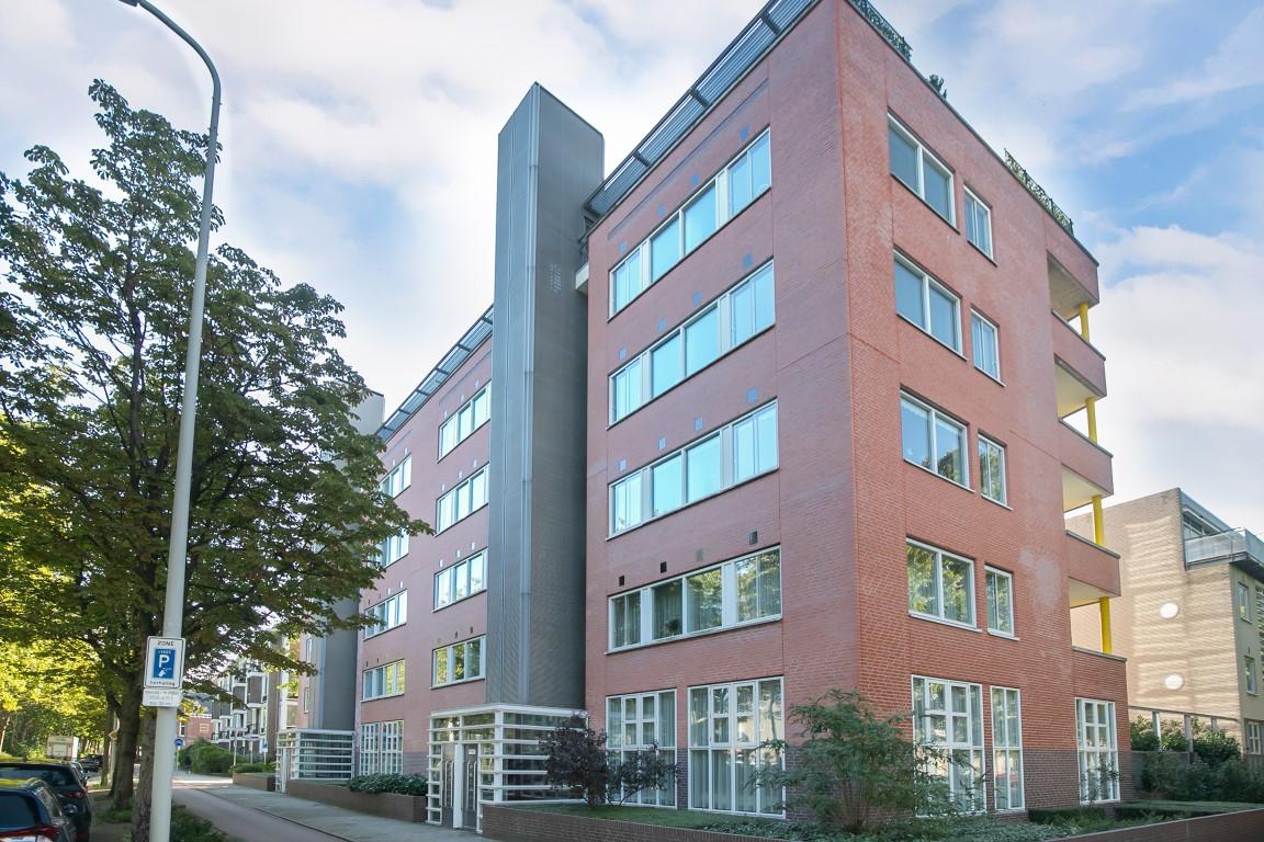 Appartement (108m2) in Bezuidenhout Den Haag met lift, separate woon- en eetkamer, 2 ruime slaapkamers, een balkon op het zuidoosten, een berging en een privé-parkeerplaats in de onderliggende garage.