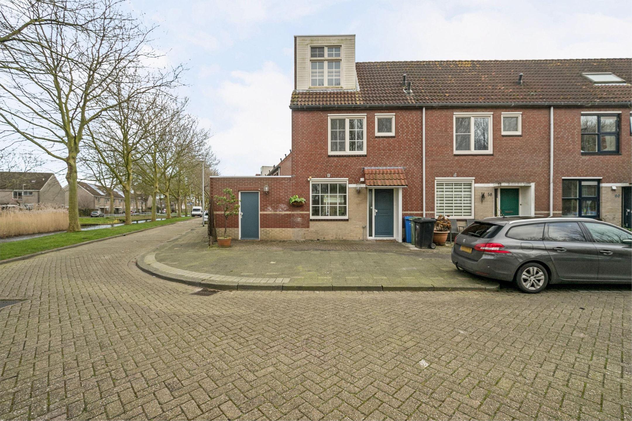 Op een bijzonder rustig en groen stukje in Zevenkamp te Rotterdam ligt deze leuke, ruime en zeer goed onderhouden 5 kamer Hoek-eengezinswoning met zij uitbouw en serre.