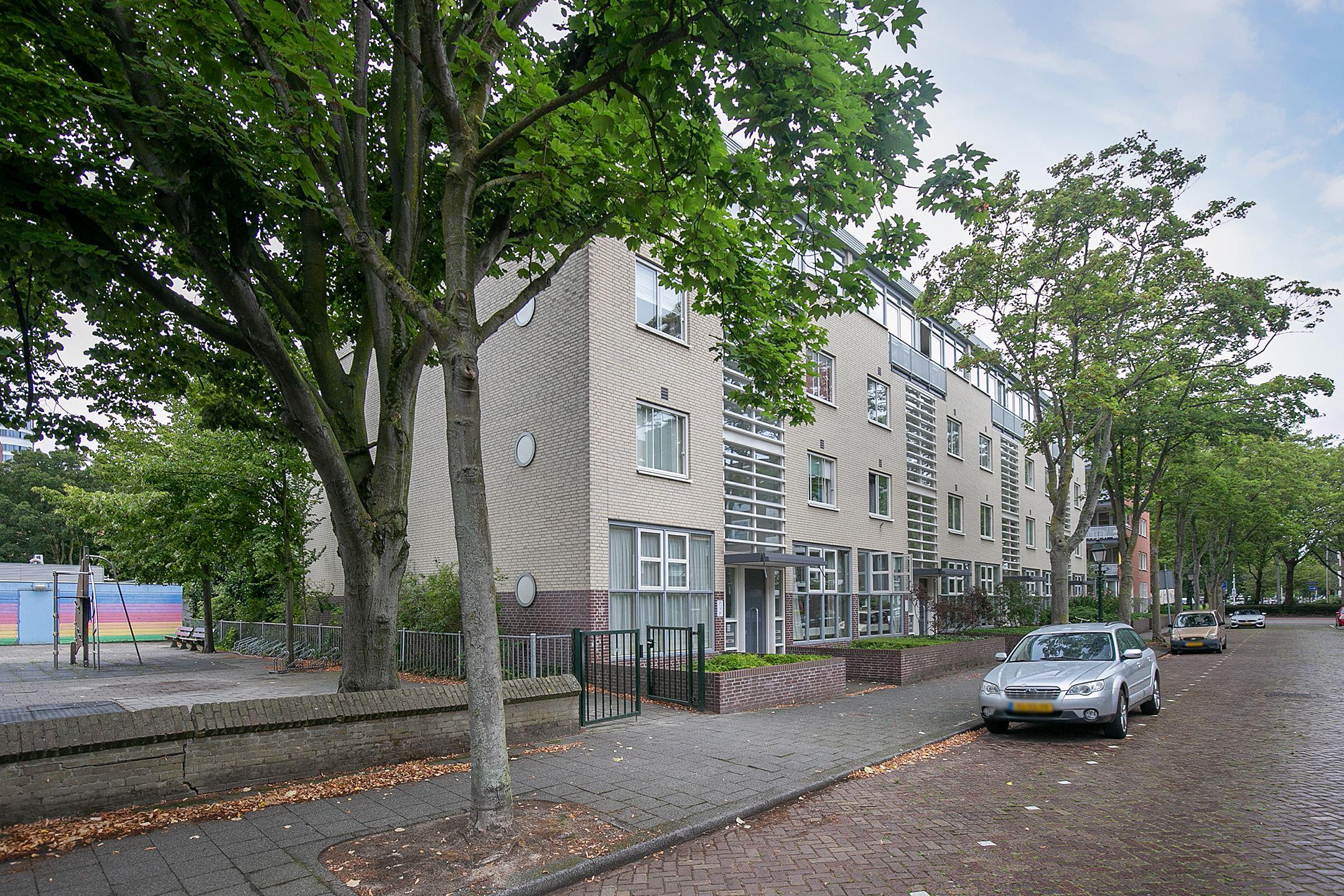 fraai gelegen 2-laags maisonnette woning van ca. 116 m2 met 3 slaapkamers, ruim balkon/terras op het ZW, eigen berging en 2 beschikbare parkeerplaatsen in de afgesloten parkeergarage in Den Haag