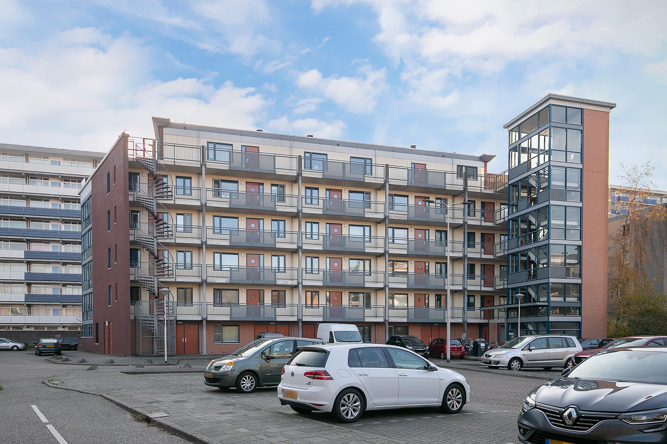 Modern 3-kamer appartement in Alphen aan den Rijn bereikbaar met lift, een woonkamer, open keuken, 2 slaapkamers, een badkamer, separate toilet en balkon op het zuiden