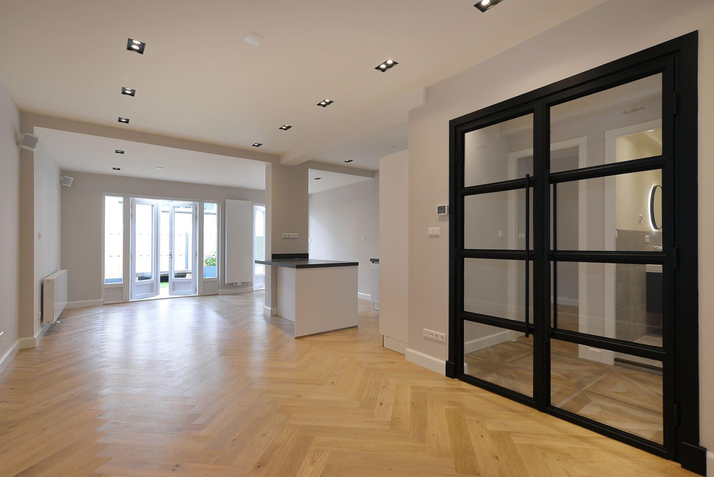 """Luxueus, modern en zeer hoogwaardig in 2020 inwendig gerenoveerd en uitgebouwde 4-kamer benedenwoning met ca. 111 m² woonoppervlak. Op een zeer centrale locatie in de woonwijk """"Noordpolderbuurt"""" gelegen."""