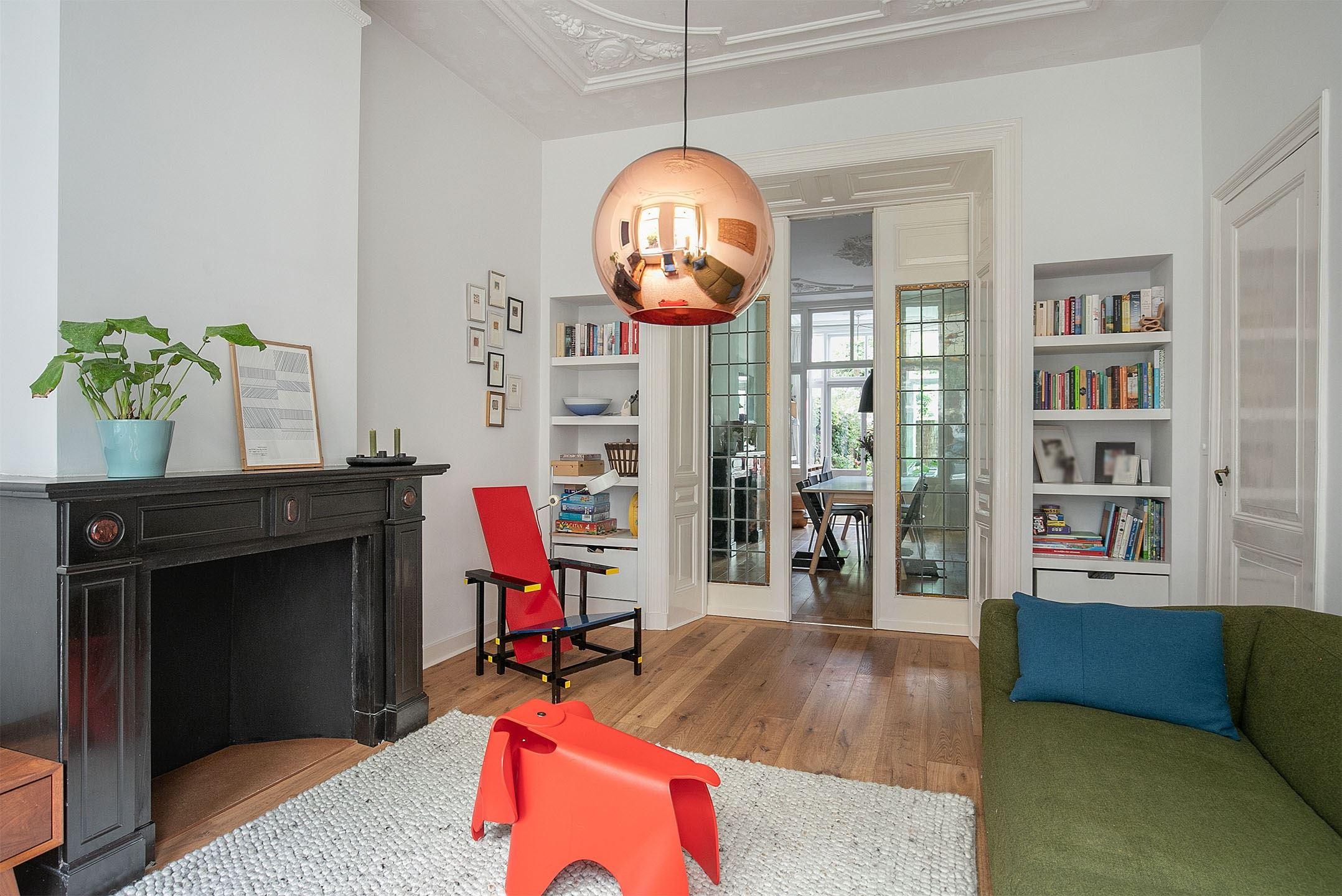 """Prachtig appartement met een ruime woon-/ eetkamer met originele schuifseparatie met glas-in-lood, een ruime en zonnige achtertuin van circa 11 meter diep in het """"Regentessekwartier"""" in Den Haag"""