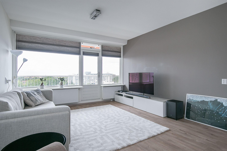 Op de 10e etage, aan de rand van winkelcentrum In de Boogaard gelegen, modern en smaakvol 3-kamer appartement