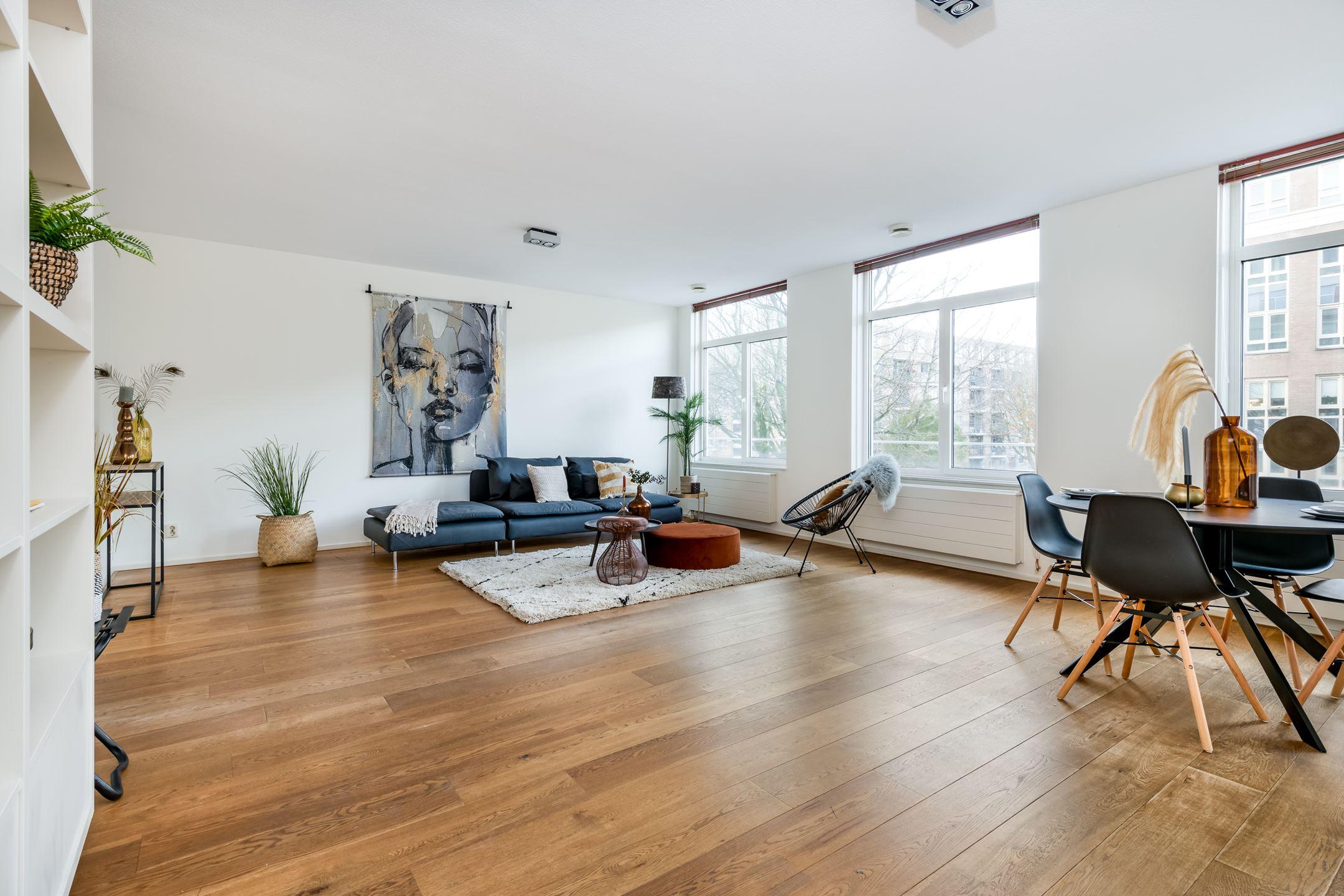Gelegen ruim en goed onderhouden appartement op de eerste verdieping met twee slaapkamers, ruim balkon op het zuiden, grote berging en parkeerplaats in de Archipelbuurt in Den Haag