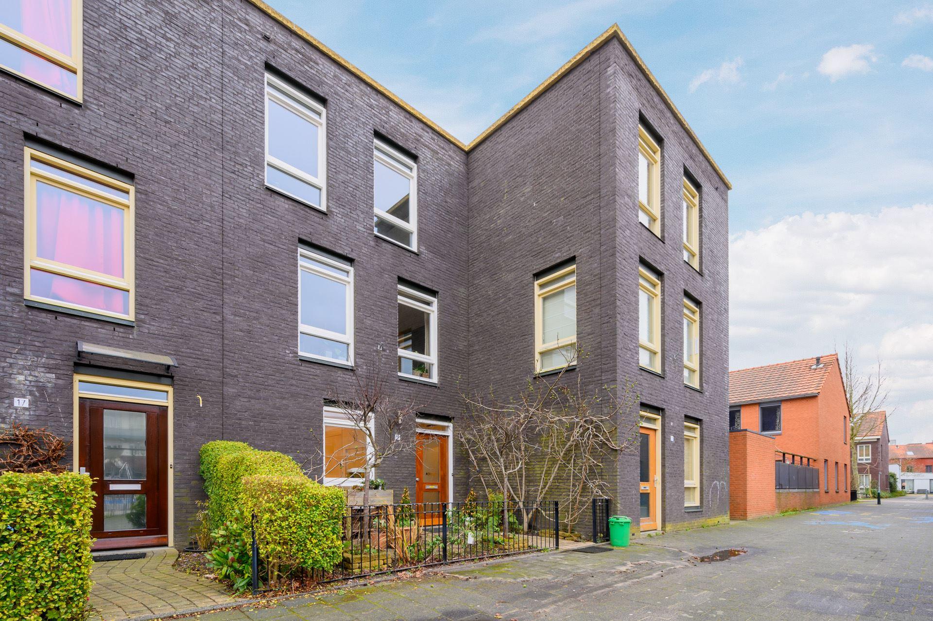 GOED ONDERHOUDEN EN MODERNE TUSSENWONING met 3 SLAAPKAMERS en tuin op ZO, gelegen in de kindvriendelijke buurt Morgenweide in Ypenburg.