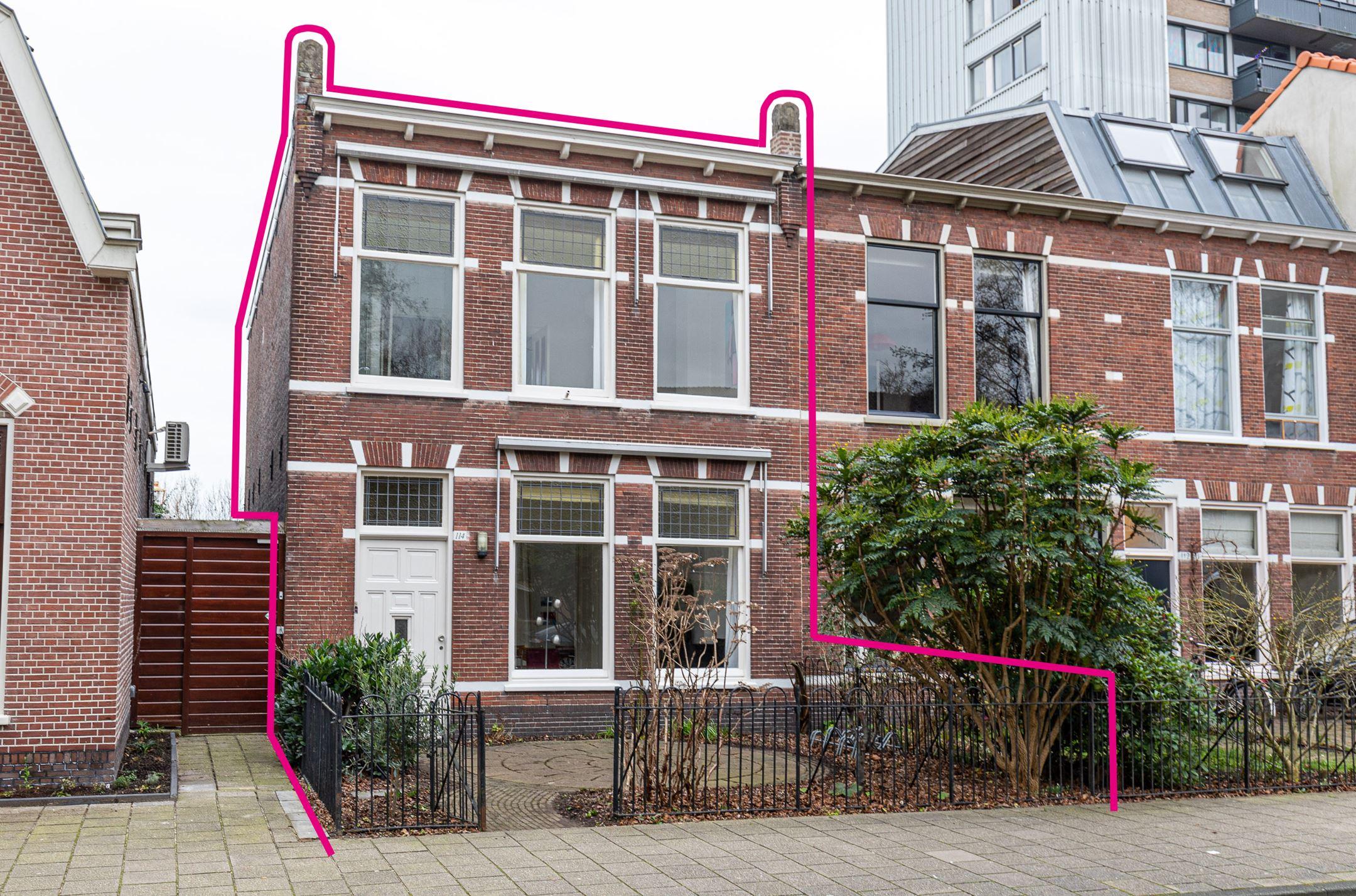 Uitgebouwde 4 kamer eengezinswoning met voortuin en waanzinnig leuk gelegen royale achtertuin met openslaande deuren en liggend op het westen te Leiden