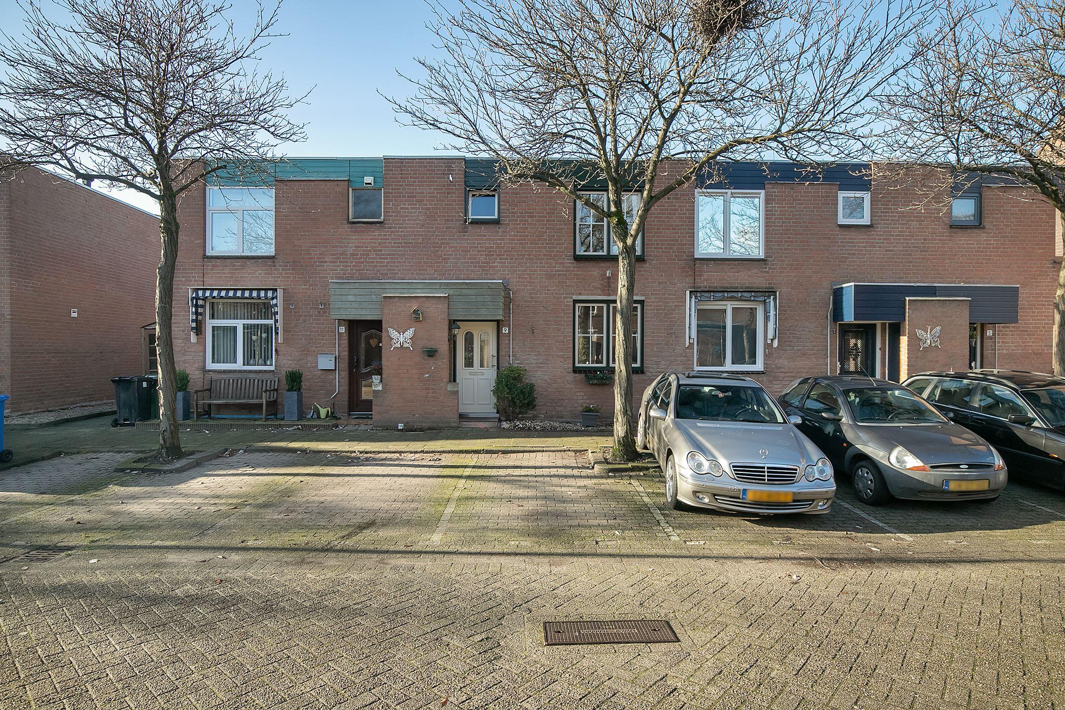 Keurig onderhouden en modern ingericht 2 laags woonhuis met fantastische 12 meter diepe achtertuin op het westen. Gelegen in Rotterdam Oosterflank