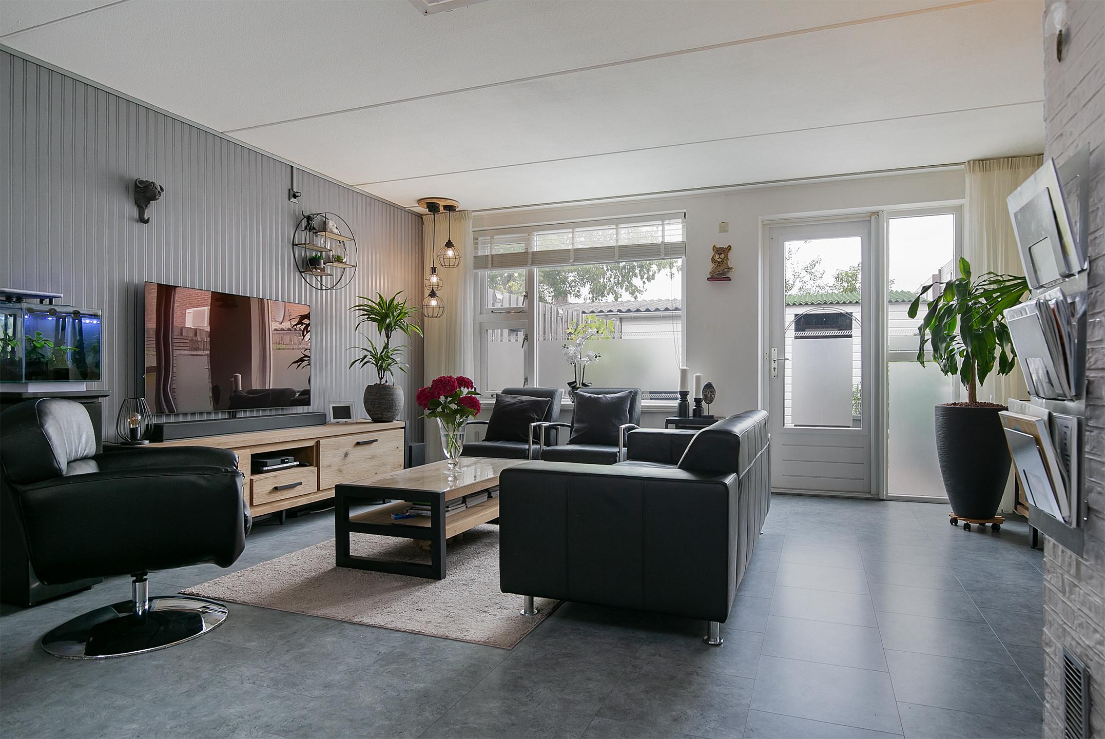 Ruime, goed onderhouden eengezinswoning met drie slaapkamers. Leuk gelegen in de gewilde, kindvriendelijke Ambachtenbuurt in Alphen a/d Rijn