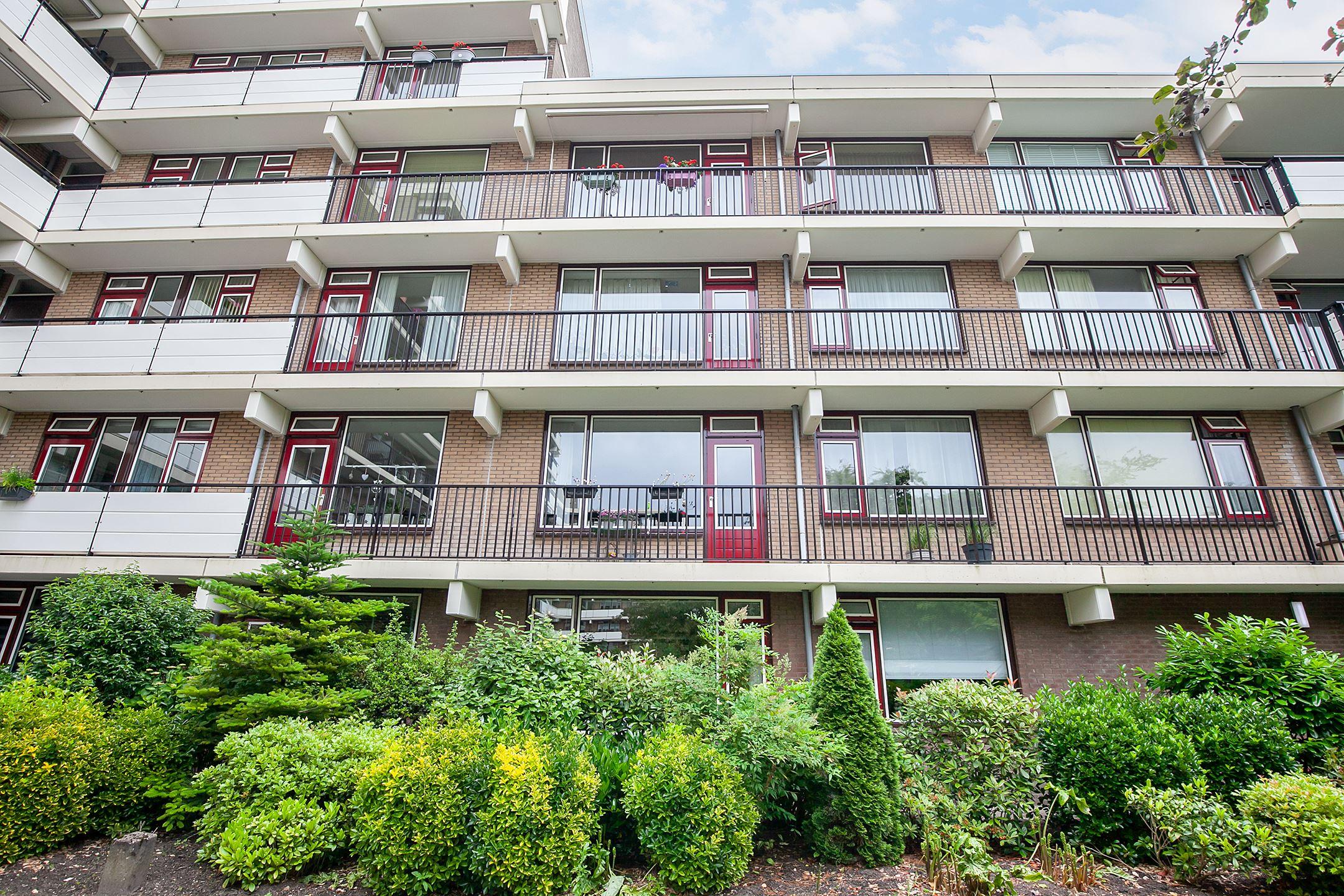 Bijzonder sfeervol en gemoderniseerd 4-kamer appartement op de begane grond met berging, privé parkeerplaats en prachtig ruim terras van 23 m2 in Rijswijk
