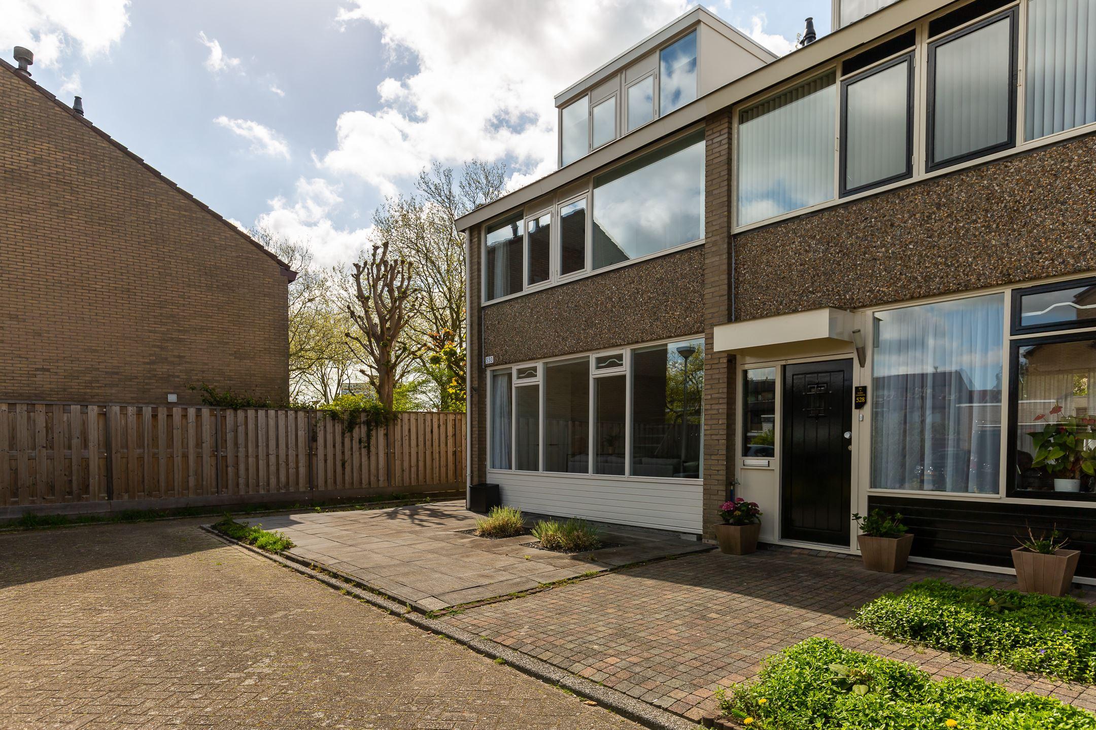 Zeer ruime en luxe hoekwoning met met tuin op het zuiden. Deze hoekwoning is gelegen op een leuke locatie in de kindvriendelijke woonwijk de Ridderbuurt.