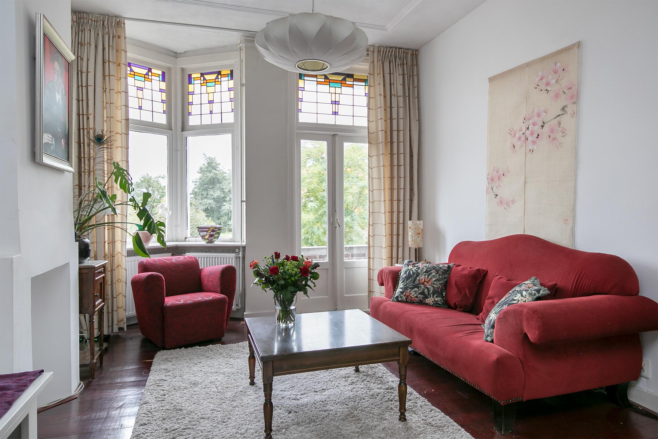 """Karakteristiek 3-kamer appartement te Den Haag met originele stijlelementen en hoge plafonds en twee balkons en vrij uitzicht over de """"Groene Schenk""""."""