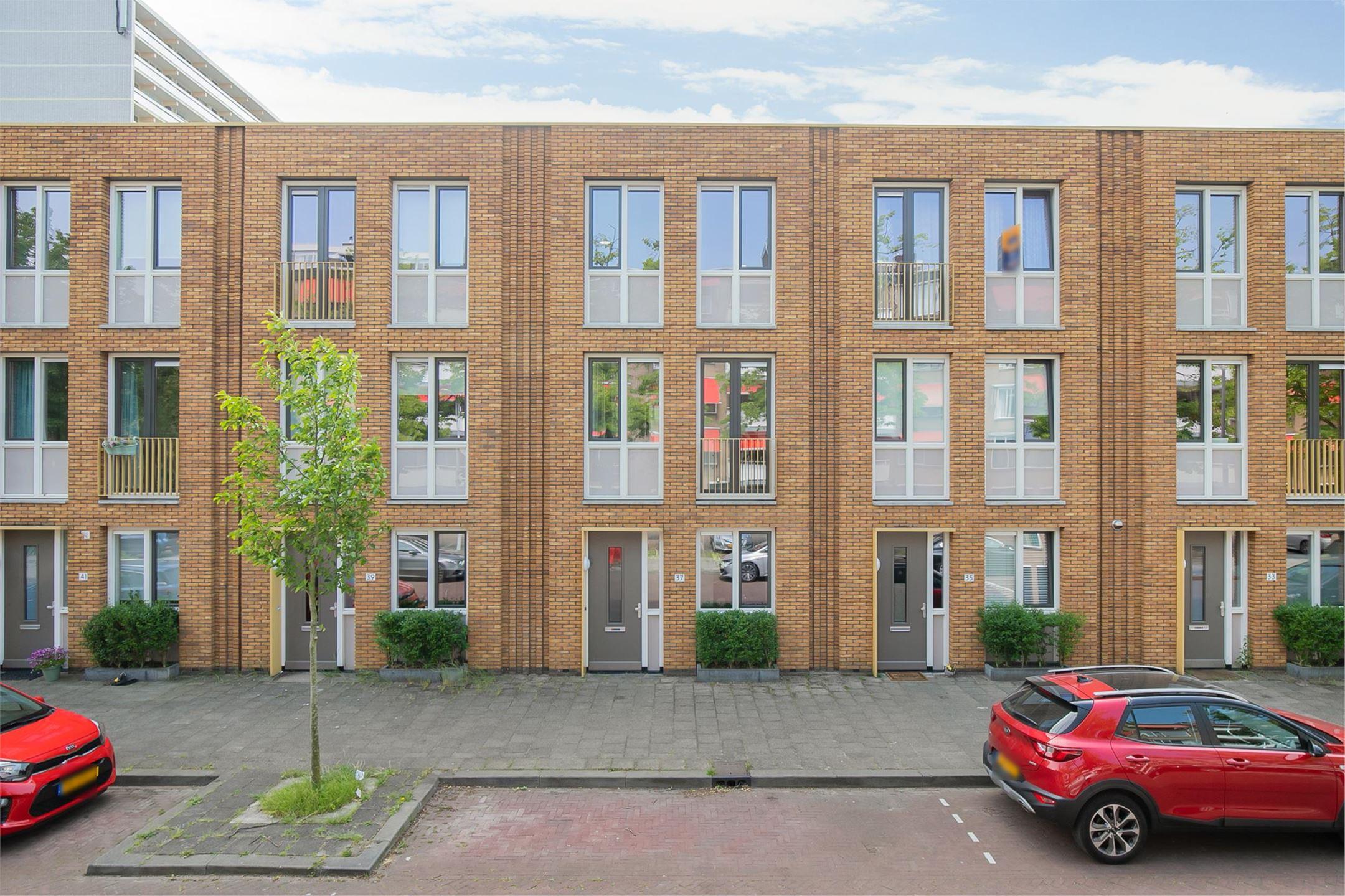 Zeer ruime 3-laags woning van 129 m2 mét tuin op het zuidwesten is gelegen in de groene en rustige wijk Mariahoeve in Den Haag.